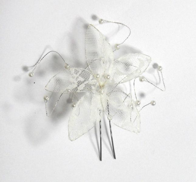 Vlásenka s velkou kytičkou a bílými korálky - bílá krajka