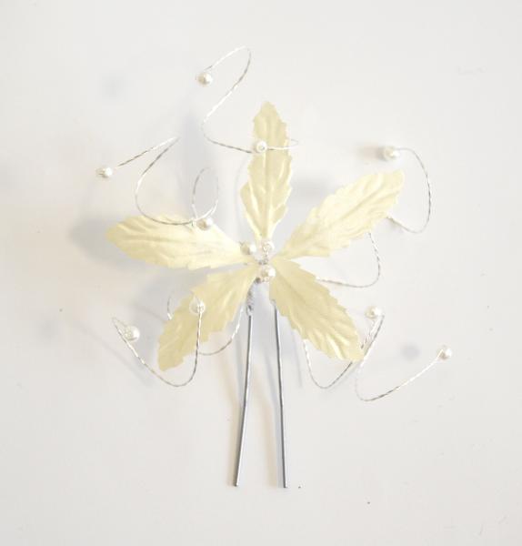 Vlásenka s velkou kytičkou a bílými korálky - smetanová