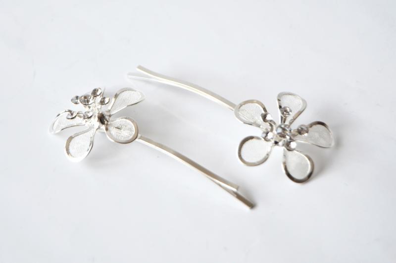 Svatební sponka ve tvaru kytičky s kamínky - stříbrná, čiré