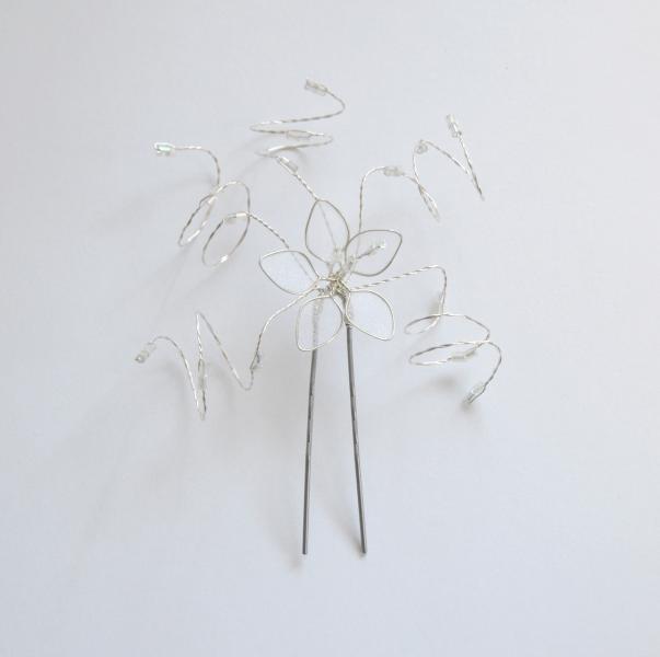 Vlásenka s malou kytičkou a čirými korálky - bílá